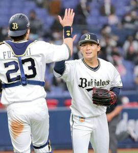 ソフトバンクに完封勝利した山本由伸は、伏見(左)と笑顔でタッチを交わす