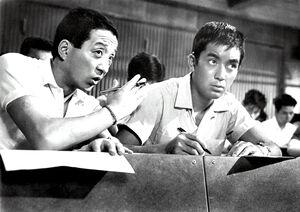 「ハワイの若大将」(62年)の加山雄三(右)と田中邦衛さん(C)TOHO CO., LTD
