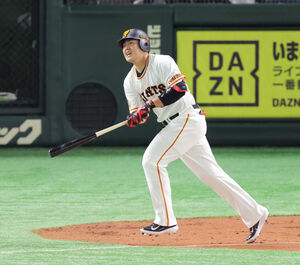 1回2死三塁、岡本和は右飛に倒れる