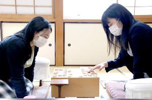 開幕局に臨む香川愛生女流四段(右)と中村真梨花女流三段