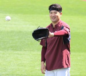 キャッチボールで笑顔を見せる田中将大