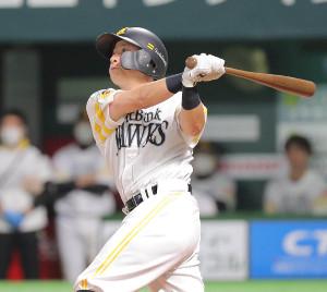 1回無死、川島慶三は左越えソロ本塁打を放つ