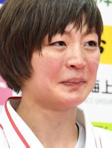 女子48キロ級の優勝インタビューで涙を見せる角田夏実(代表撮影)