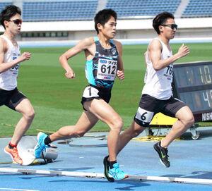 ミドルディスタンスチャレンジ男子800メートルで力走する川内優輝(中央)。レース後、失格となった