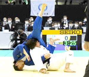 女子63キロ級決勝で延長の末、佐藤史織(左)から払い巻き込みで技ありを奪う鍋倉那美(代表撮影)