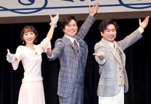 ポーズを決める(左から)武田玲奈、加藤シゲアキ、山崎樹範