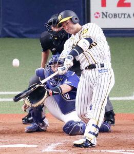 9回2死一、二塁、山本泰寛が中越えへサヨナラ適時打を放つ(捕手・木下拓哉、カメラ・岩崎 龍一)
