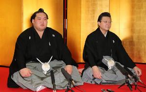 照ノ富士(左)と伊勢ケ浜親方(代表撮影)