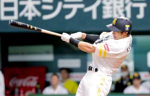 4回1死、柳田悠岐は中越えソロ本塁打を放つ(カメラ・義村 治子)