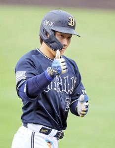 3回2死二塁、先制の右越え2ラン本塁打を放ちポーズを決める吉田正尚