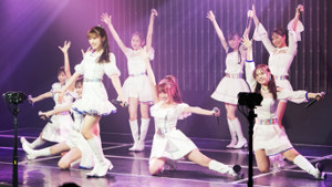 新公演初日を迎えた、渋谷凪咲(前列中央)らNMB48のユニット「きゅんmart」のメンバー(C)NMB48