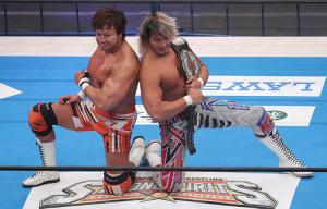 タッグマッチ勝利後、ポーズを取る棚橋弘至(右)と小島聡(カメラ・佐々木 清勝