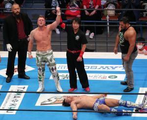 飯伏幸太(右下)を破り、IWGP世界ヘビー級新チャンピオンとなったウィル・オスプレイ(カメラ・佐々木 清勝)