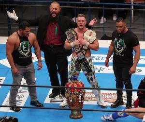 飯伏幸太を破り、新IWGP世界ヘビー王者となったウィル・オスプレイを祝福するアーロン・ヘナーレ(右=カメラ・佐々木 清勝)