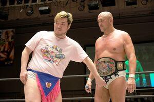 男色ディーノ(左)は3月28日の東京・後楽園ホール大会でKO-D無差別級王座を初防衛した秋山準に挑戦を表明