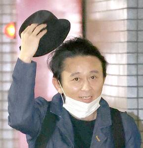 笑顔で報道陣のかけ声に応える有吉弘行(カメラ・宮崎 亮太)