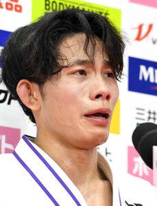 男子60キロ級優勝インタビューで、急逝した父稔彦さんを思い、涙を見せる古賀玄暉(代表撮影)