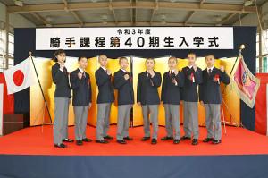 吉村誠之助くん(右)ら競馬学校騎手課程の新入生(JRA提供)