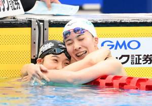 共に五輪代表に内定し抱き合って喜ぶ寺村美穂(左)と大橋悠依