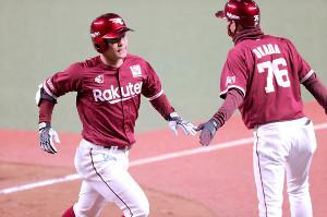 3回2死、茂木栄五郎(左)が勝ち越し本塁打を放ち生還する