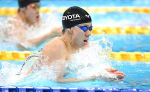 男子200m平泳ぎ準決勝で、この組1位で力泳する渡辺一平(カメラ・竜田 卓)