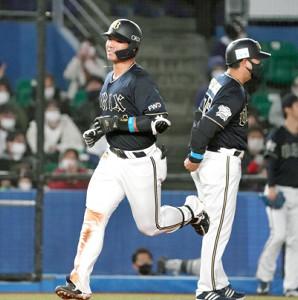 6回2死、左越えに同点本塁打を放った頓宮 裕真(左)