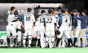 試合前に円陣を組む日本ハムナイン