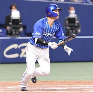 6回2死満塁、神里和毅が右越えへ満塁本塁打を放つ