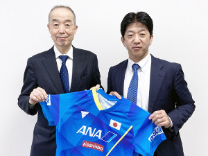 男子の公式サプライヤーに決まったVICTAS・松下浩二社長(右)と日本卓球協会の星野一朗専務理事(VICTAS提供で)