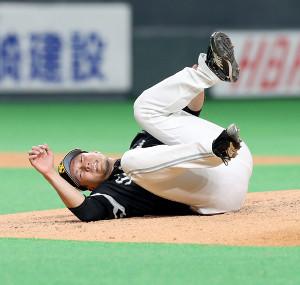 6回1死、渡辺諒の投直の打球処理で左足を痛め倒れ込む千賀滉大。途中降板した