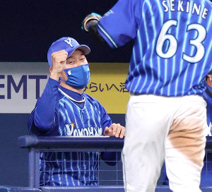 9回1死三塁、柴田竜拓の中犠飛で生還した関根大気(手前)を迎える三浦大輔監督