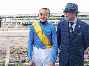 南関新人として最初にデビューした木間塚龍馬(左)と師匠の川島正一調教師
