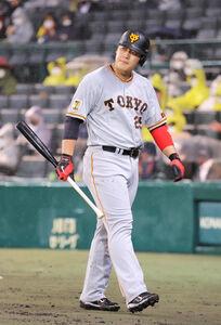 4回1死一、二塁、岡本和遊飛に倒れる