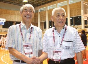 2010年の沖縄高校総体で全国初制覇、上島コーチ(右)と握手する石田監督