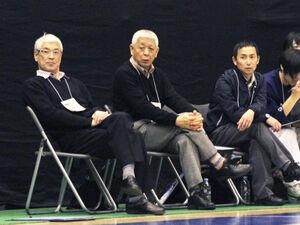 2014年のウインターカップで試合を見守る左から石田監督、上島、神田両コーチ