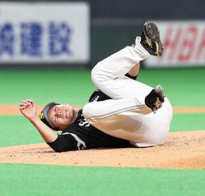 6回1死、渡辺の投直の打球処理で左足を痛め倒れ込む千賀(カメラ・頓所 美代子)