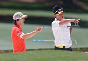 12年 マスターズ公式練習1日目 18H コース攻略を確認しあう石川遼(左)と松山英樹(代表撮影)