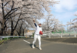 春季リーグ戦へ意気込む東北福祉大の綱脇と、満開の桜