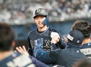 3回2死、左越え本塁打を放ってナインに迎えられた太田