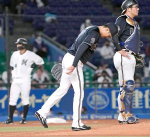 3回、勝ち越しを許して肩を落とす増井(左)