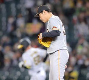 5回無死一塁、サンズ(左)に中越え2ラン本塁打を打たれた桜井俊貴(カメラ・中島 傑)