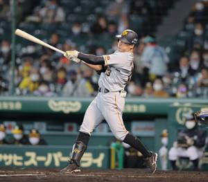 5回1死一塁、右へ適時二塁打を放つ梶谷隆幸(カメラ・中島 傑)