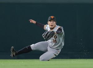 8回1死一、二塁、糸原健斗の中飛の打球を好捕する松原聖弥(カメラ・中島 傑)