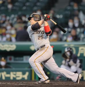 8回1死、二塁打を放つ岡本和真(捕手は梅野隆太郎)(カメラ・中島 傑)