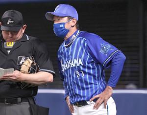 8回攻撃終了後に、投手交代を告げる三浦大輔監督