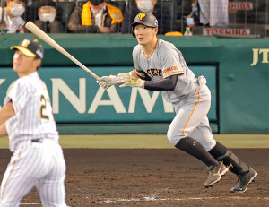 5回1死一塁、右中間へ適時二塁打を放つ梶谷隆幸