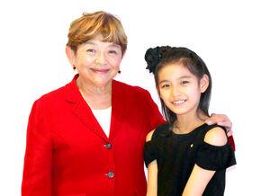 肩を組み、笑顔を見せる藤田弓子(左)と野澤しおり