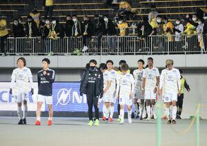 試合に敗れ、肩を落としてスタジアムを後にする仙台イレブン(カメラ・小林 泰斗)