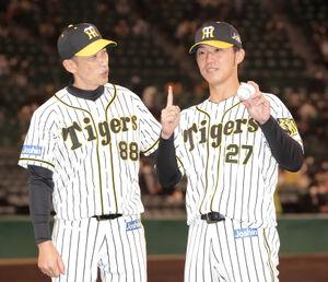 巨人に勝利し、初勝利を挙げ、ウイニングボールを手にポーズをとる伊藤将司(右)と矢野燿大監督(左)(カメラ・渡辺 了文)