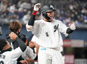 7回1死二塁、右越え2号本塁打を放ち笑顔でタッチする安田尚憲(右) (カメラ・越川 亘)